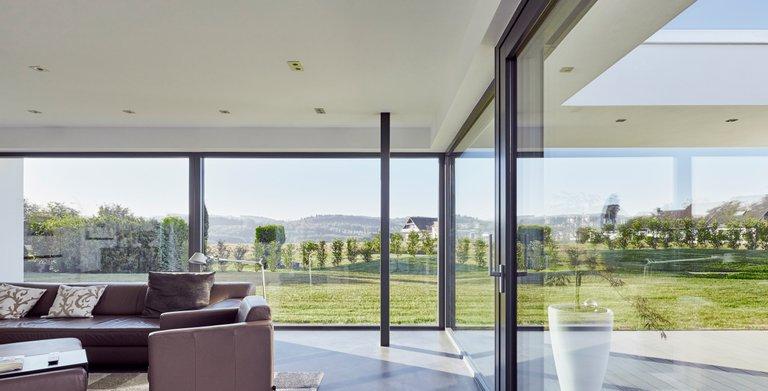 Wohnzimmer mit großzügiger Glasfläche sorgt für eine tolle Aussicht.