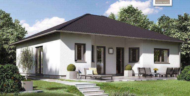 Auf der Gartenseite verfügt der Bungalow über eine überdachte Terrasse.