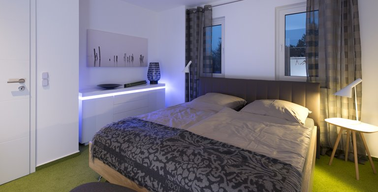 Hier kann man sich wohlfühlen: Das Schlafzimmer bietet genuig Platz und ist außerdem anheimelnd und gemütlich.