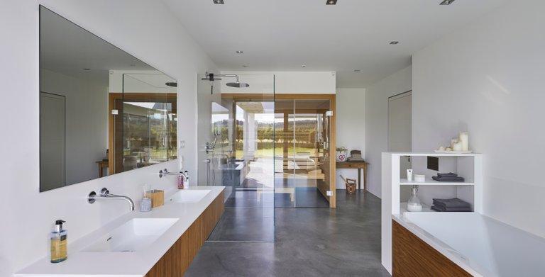 Helles moderens Badezimmer mit integrierter Sauna.
