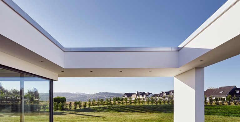 Großflächige Terrasse mit Blick in die Natur - Entspannung pur