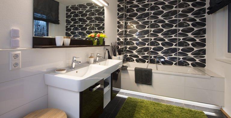 Das großzügig geschnittene Badezimmer lässt mit Badewanne und Dusche keine Wünsche offen.