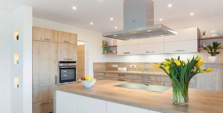 Auch in der Küche findet ein eigenes beleuchtungskonzept Anwendung Copyright: Wolf-Haus