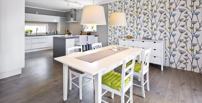 Gemeinsame kochen und essen – die offene Küche mit Tresen und der angegliederte Essbereich machen dies möglich. Copyright: Heinz von Heiden GmbH Massivhäuser