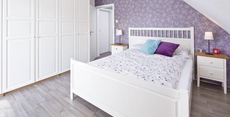 Im Obergeschoss sind die Schlafräume untergebracht, so wie das Elternschlafzimmer haben alle Räume eine leichte Dachschräge.  Copyright: Heinz von Heiden GmbH Massivhäuser
