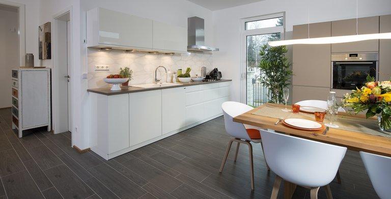 Die offene Küche mit dem angegliederten Essbereich bietet Platz zum gemeinsamen Kochen, Essen und Beisammensein.