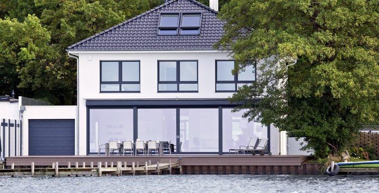 Die massiv gebaute Villa samt weitläufiger Terrasse mit eigenem Steg, ermöglicht den Besuchern des Event- und Gästehauses ein ganz besonderes Wohnerlebnis.  Copyright: Heinz von Heiden GmbH Massivhäuser